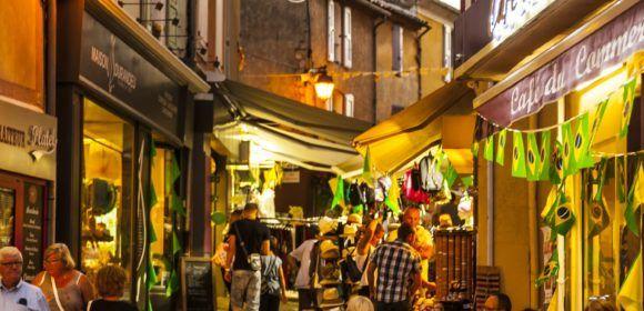 Vie nocturne estivale à Gréoux les Bains, terrasses